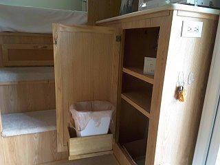 shelf with waste basket001.jpg