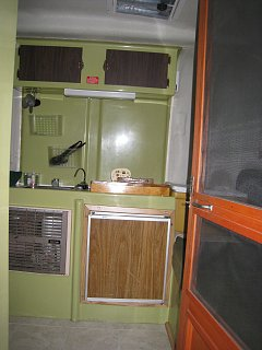 1974 - Trillium 1300 - 4800CDN - Inside - Kitchen.jpg