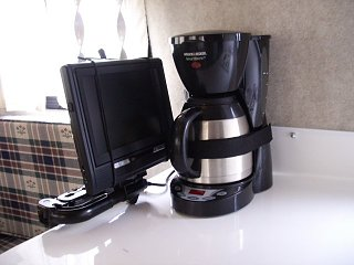 DVD_Screen___Coffee_Maker_Stowed_640x480.JPG
